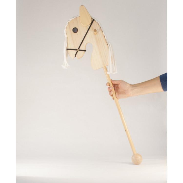 Cheval bâton en bois à roulette