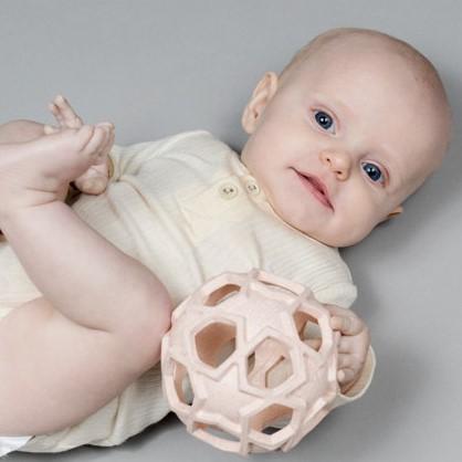 jouet durable écoresponsable pour bébé la balle montessori ecoresponsable en caoutchouc hevea