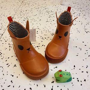 🌧 Les bottes de pluie @boxbo.rainboots ont été spécialement pensées pour les enfants : la forme est pratique pour leur autonomie, avec un look unique et amusant qui plaît aux tout-petits. Un style mi-bas, souple et léger, pas trop encombrant pour rester confortable et jouer toute la journée ! 100% en matières non toxiques, elles sont fabriquées en caoutchouc naturel imperméable à l'eau avec une doublure en coton. Ce matériau naturel régule la température et absorbe la sueur qui maintient les pieds au sec. #emeu #emeukidstore #ecoresponsable #boxbo #rainboots #bottes #bottedepluie #rain #rainyday #kids #caoutchouc #impermeable
