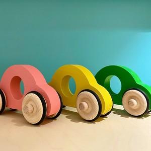 Fraise et Bois c'est avant tout un univers enfantin, magique et coloré, visant à éveiller les tout-petits avec des jouets en bois authentiques et éco-responsables. Ce sont des jouets simples, sans bruit ou lumières qui clignotent : c'est l'enfant qui imagine son jeu et raconte ses histoires, ce qui favorise le développement des fonctions sensorielles et motrices. Fraise et Bois pense et fabrique ses jouets, sans intermédiaire, dans leur propre menuiserie artisanale avec du bois de qualité issu de forêts françaises et européennes gérées durablement ! @fraiseetbois #emeu #emeukidstore #ecoresponsable #fraiseetbois #toys #woods #woodtoys #kids #madeinfrance #menuiserie #jouetsenbois #jouets #bois