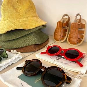 Pour continuer dans cette douce approche printanière, nous vous présentons notre grand coup de coeur pour la marque @babymocs.official : des chaussons et sandales pour enfants en cuir 100% vegan, des sacs et des chapeaux confectionnés en coton certifié GOTS mais aussi des lunettes de soleil tendance, protection UV400, durables et unisexes pour les partager avec toute la fratrie. No 🐮, only ♻️🍍🌱 (cuir vegan) ! #emeu #emeukidstore #ecoresponsable #babymocs #sandales #chaussons #lunettes #bob #chapeau